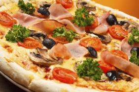Pizza de peito de peru com mussarela e champignon