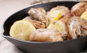 foto da receita Coxas de frango ao molho de limão