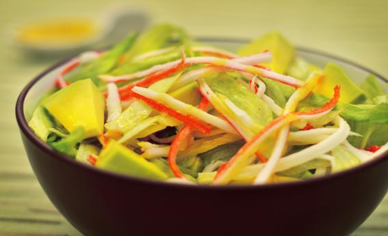 Salada de alface, kani e abacate