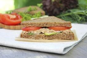 Sanduíche com sardinha e vegetais