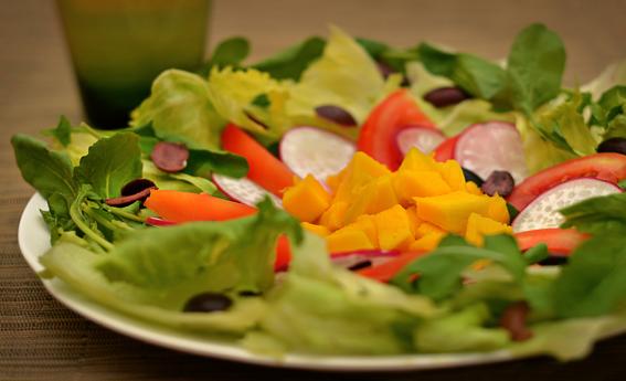 foto da receita Salada de folhas com manga