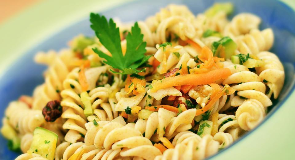 Fusilli com legumes e nozes