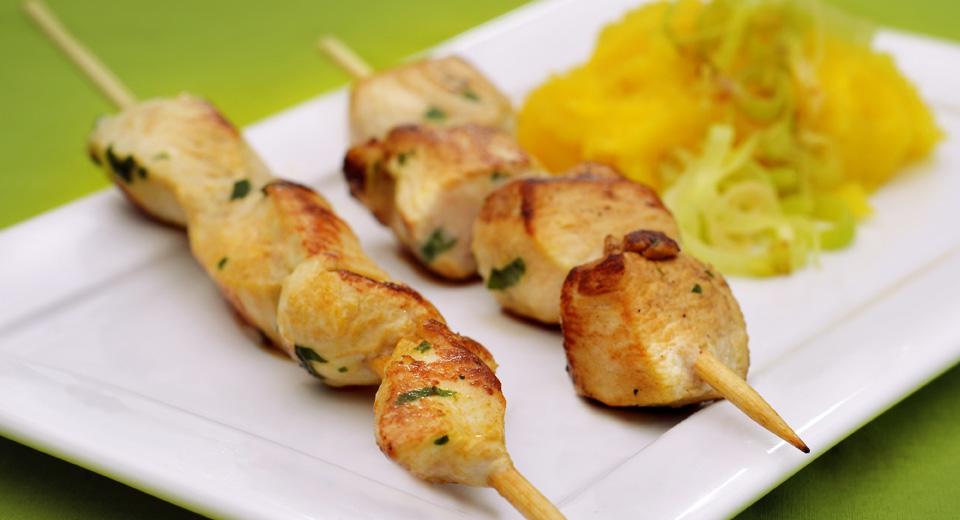Espeto de frango com alho poró e purê de mandioquinha