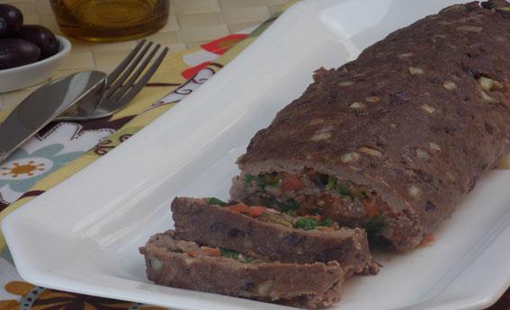Rocambole de carne com purê de tomate e rúcula