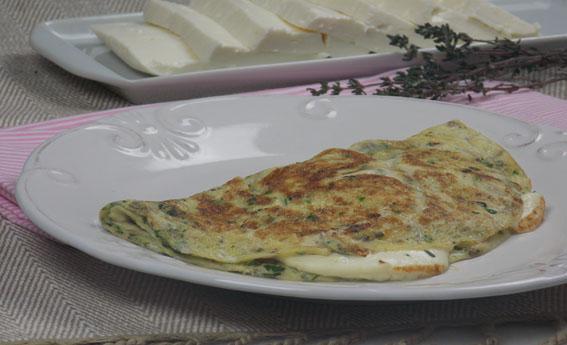 Omelete com tomilho recheado com queijo branco
