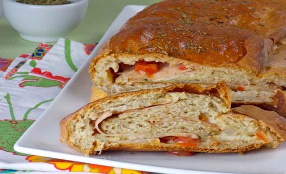 foto da receita Pão recheado com queijo, tomate e peito de peru