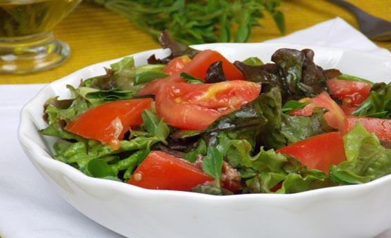 Salada de folhas com tomate, manjericão e anchovas