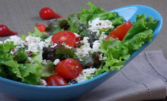 Salada com ricota temperada