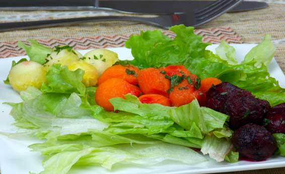 foto da receita Salada de folhas com vegetais boleados e toque de hortelã