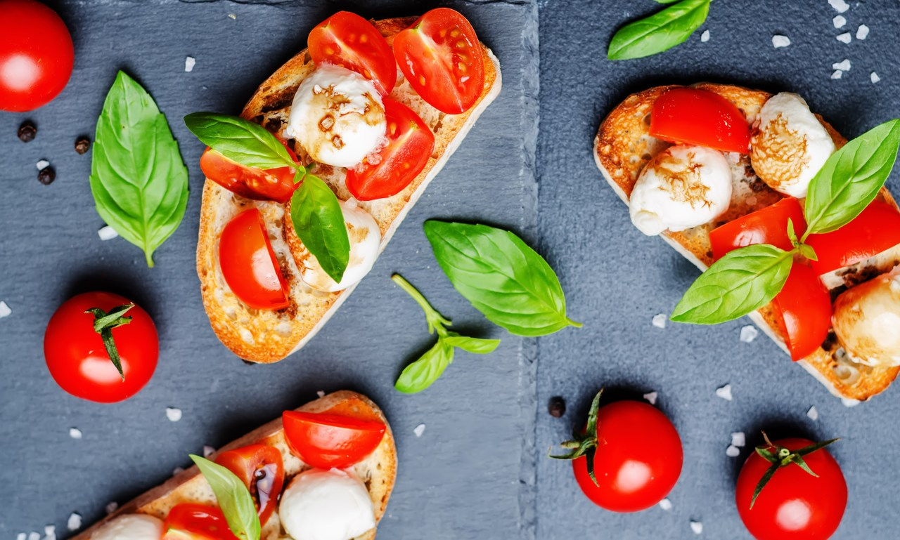 Bruscheta de queijo com tomate
