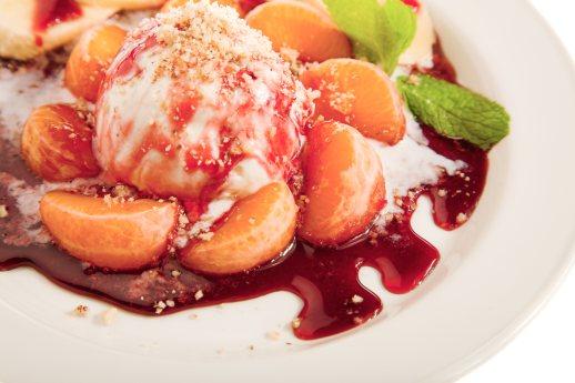 foto da receita Sorvete de iogurte com calda de morango