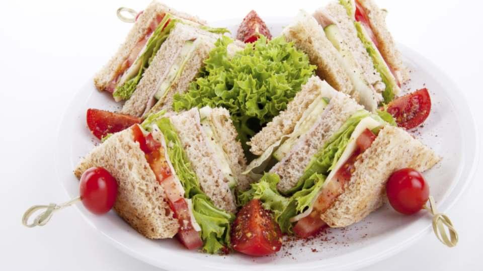 Sanduíche natural com ricota e vegetais