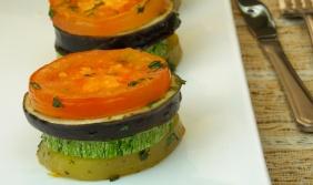 Pilhas de batata, abobrinha, berinjela e tomate