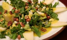 Salada de folhas com cubos de queijo e pêra