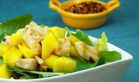 Salada com cubos de frango e manga picante