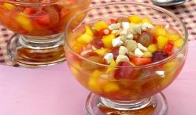 foto da receita Salada de frutas com água de coco e castanha de caju