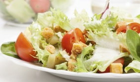 Salada de folhas verdes com iscas de frango e croutons
