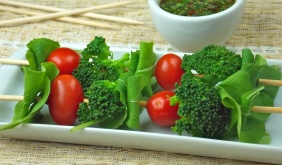 Salada no palito com chimichurri