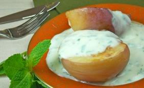 Pêssegos recheados com creme de iogurte