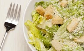 Salada de folhas com croutons e molho pesto