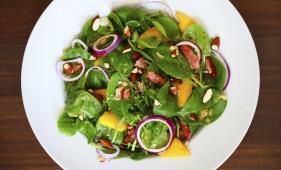 foto da receita Salada de rúcula com manga e molho de canela