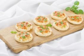 Mini pizza de mussarela com massa de arroz