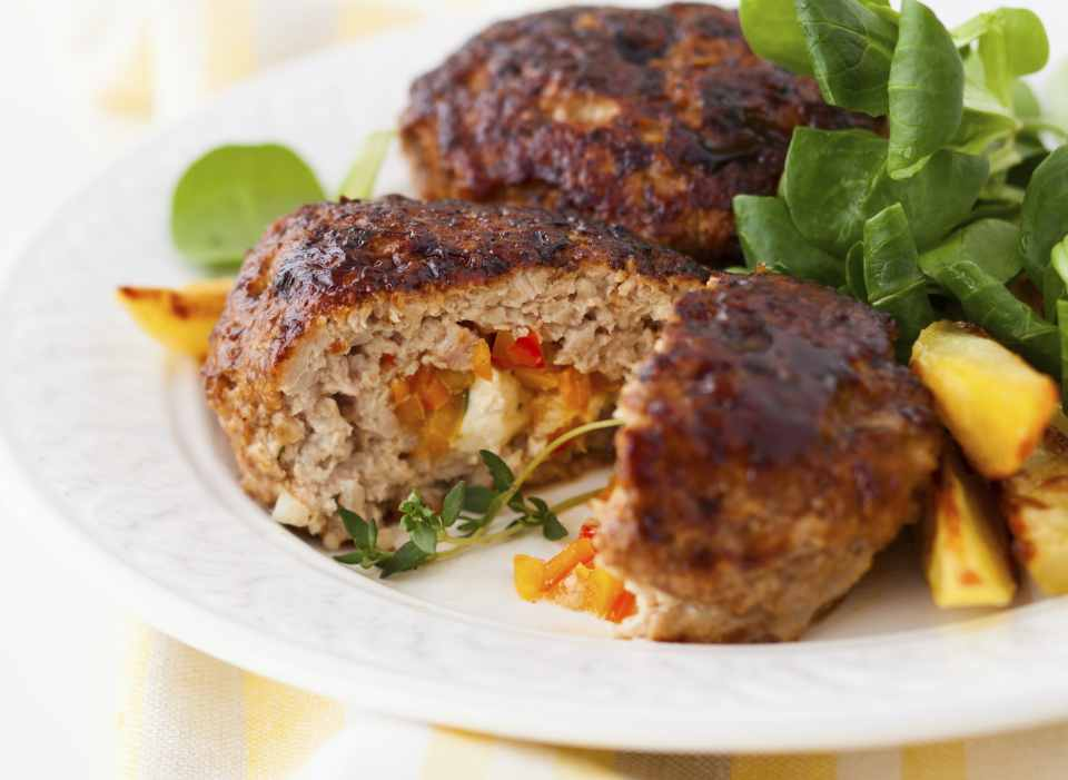 foto da receita Rocambole de carne moída com queijo e peito de peru