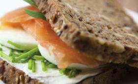 Sanduíche de salmão com iogurte grego