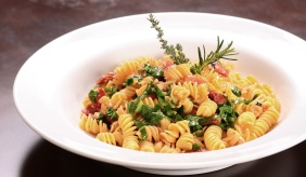 foto da receita Fusilli com tomates e rúcula