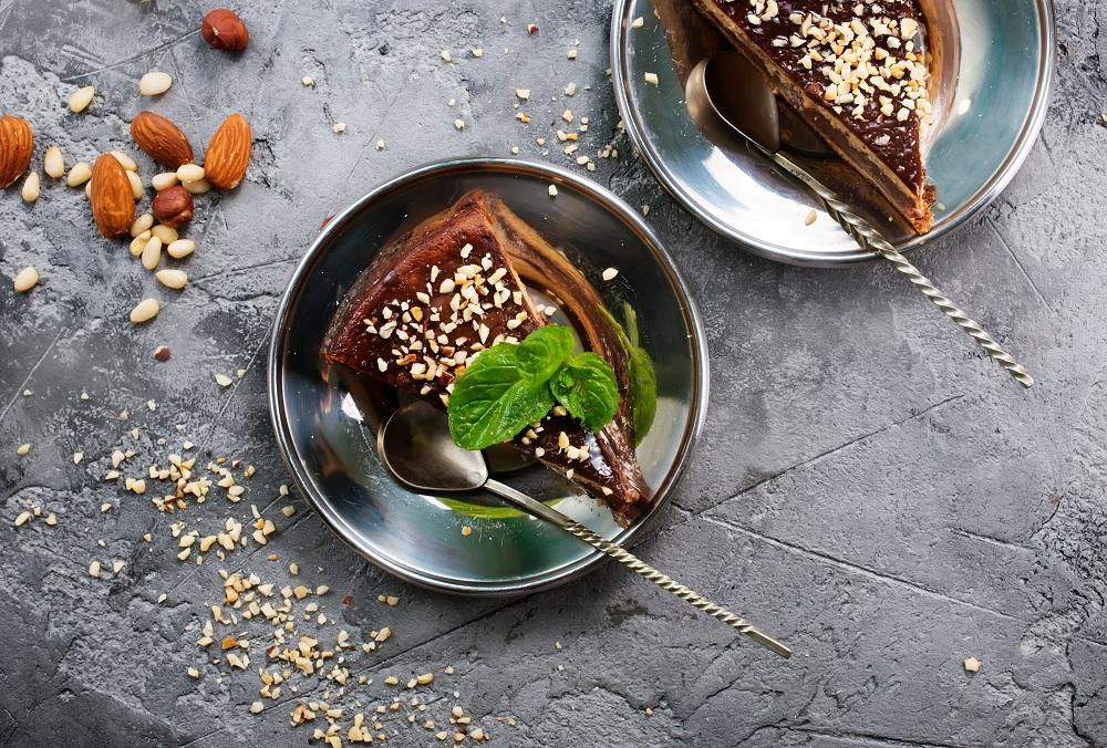 Bolo de cenoura com cobertura de chocolate meio amargo