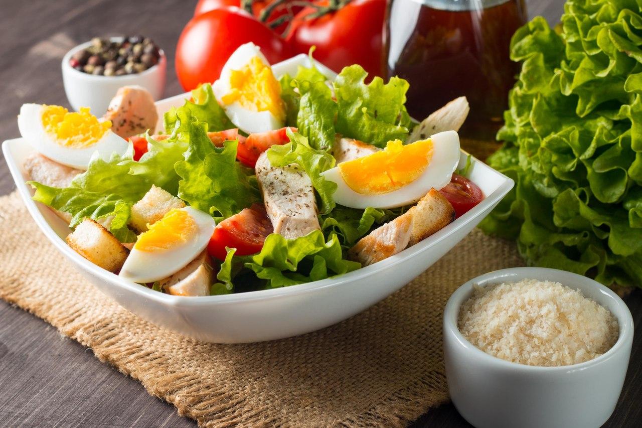 Salada mediterrânea com pimenta rosa