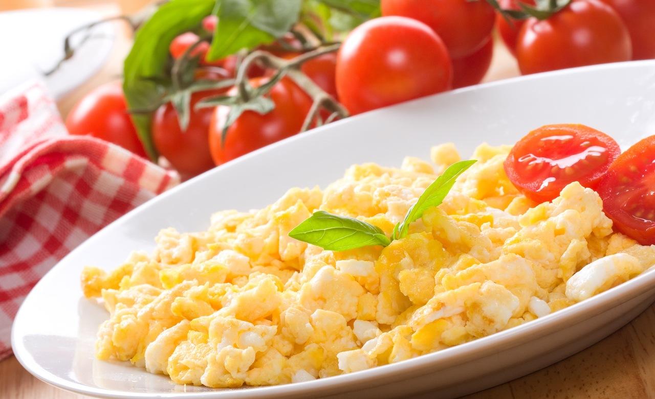Ovo mexido com tomate e queijo