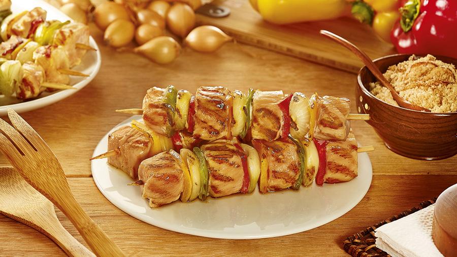 foto da receita Espetinho de frango com mini cebolas e pimentões