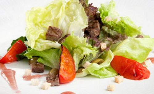 foto da receita Hambúrguer acompanhado de salada verde com vinagre e manjericão