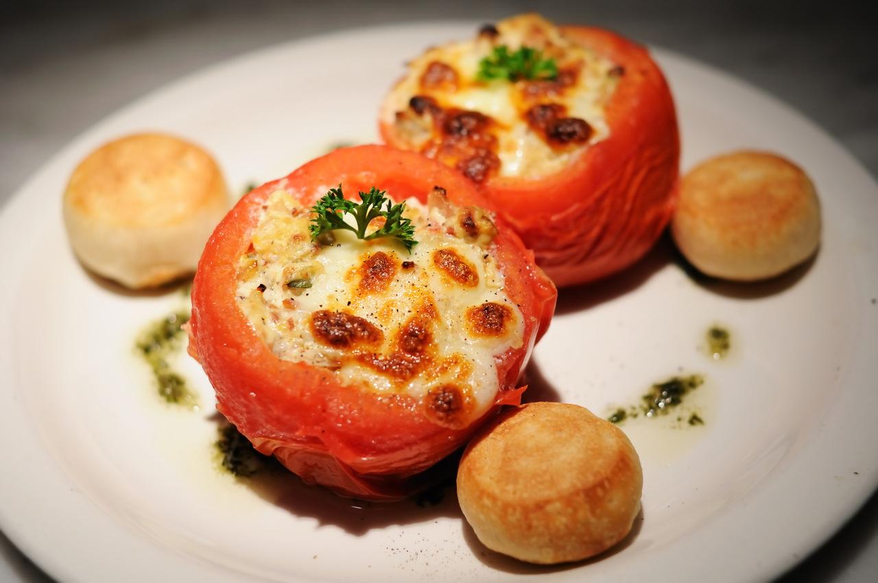 foto da receita Tomate recheado com frango e mussarela