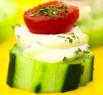Petisco de pepino com tomate
