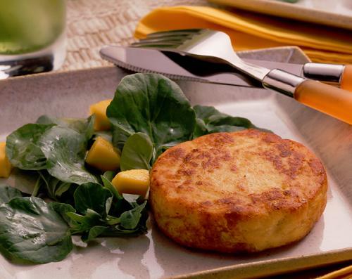 foto da receita Hambúrguer de frango com salada de agrião e manga