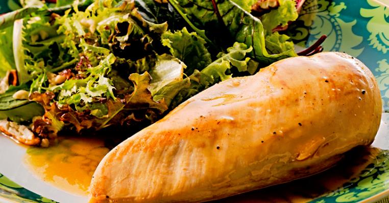 foto da receita Frango grelhado com suco de maçã e salada verde