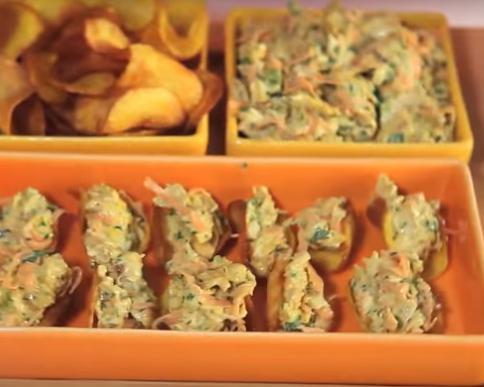 foto da receita Chips de mandioquinha com salpicão de frango