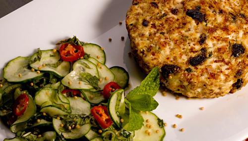 foto da receita Hambúrguer de frango com salada de pepino