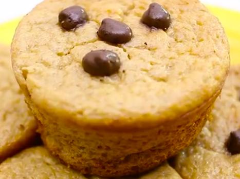 Muffin de banana com iogurte e gotas de chocolate