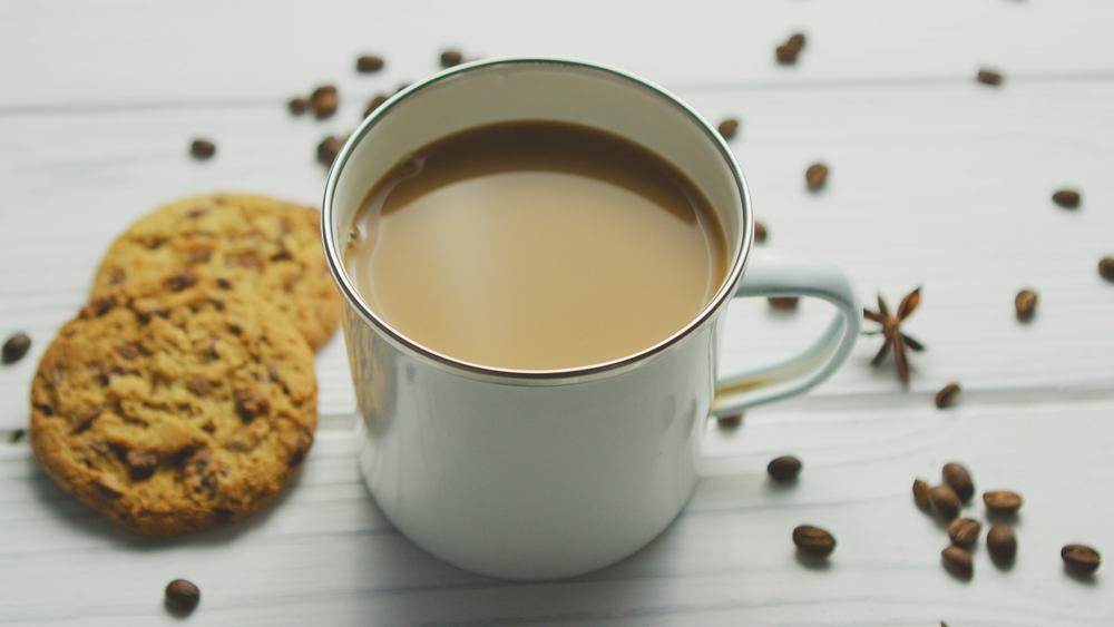 Café com leite integral com açúcar