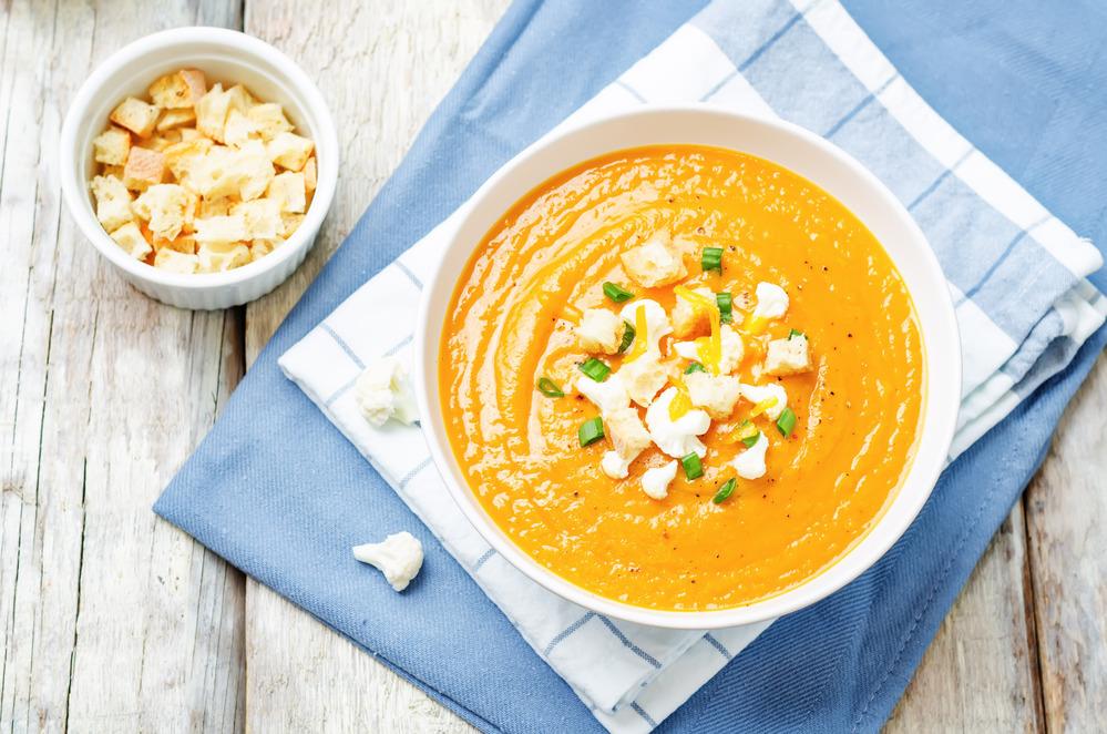Sopa detox de batata doce e lentilha