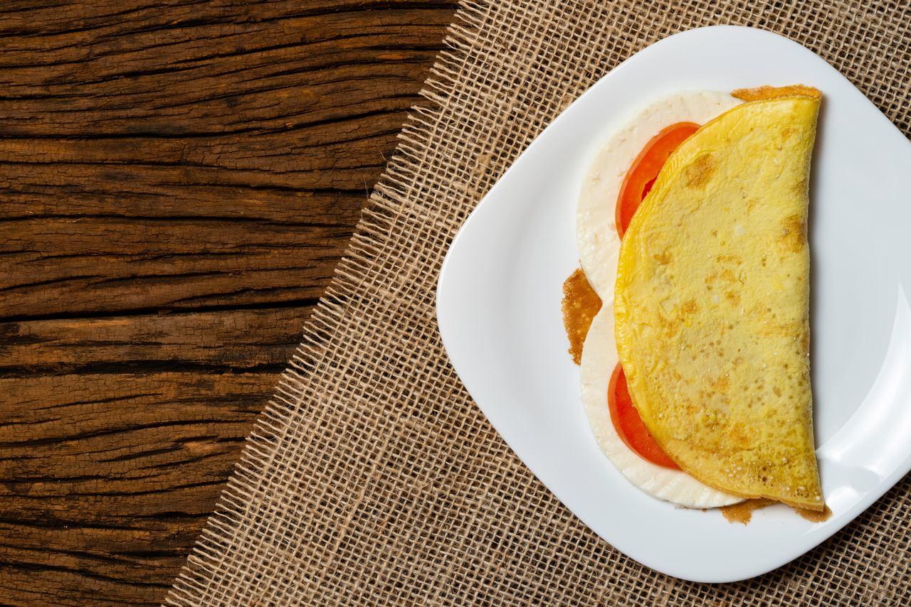 Crepioca com tomate cereja e queijo branco
