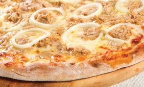 foto da receita Pizza de atum com mussarela e cebola